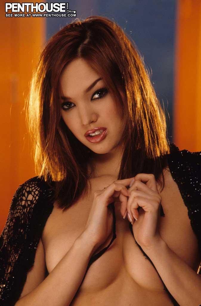 Valentina Vaughn на більярдному столі показівает свою кицьку